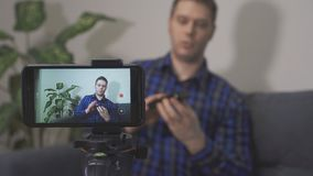 Άτομο που κάνει τηλεοπτικό blog απόθεμα βίντεο