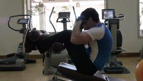 Άτομο που κάνει την άσκηση ABS στη γυμναστική απόθεμα βίντεο