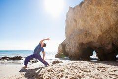 Άτομο που κάνει τη γιόγκα σε μια παραλία κοντά στον ωκεανό στοκ φωτογραφίες με δικαίωμα ελεύθερης χρήσης