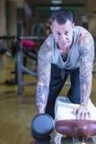 Άτομο που κάνει τη σειρά αλτήρων - workout ρουτίνα Στοκ Φωτογραφία