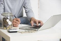 Άτομο που κάνει τη χρηματοδότηση με τον υπολογιστή ταμπλετών στοκ φωτογραφία με δικαίωμα ελεύθερης χρήσης