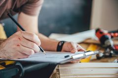 Άτομο που κάνει το σχέδιο σχεδίων με το μολύβι στον πίνακα Στοκ φωτογραφία με δικαίωμα ελεύθερης χρήσης