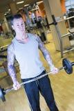 Άτομο που κάνει το φραγμό να κατσαρώσει - workout ρουτίνα στοκ εικόνα
