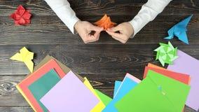 Άτομο που κάνει το origami απόθεμα βίντεο
