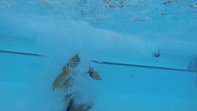 Άτομο που κάνει cannonball στην πισίνα και βουτώντας έξω, άποψη από υποβρύχιο απόθεμα βίντεο
