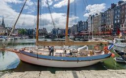 Άτομο που καθαρίζει το σκάφος του Στοκ Εικόνες