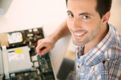 Άτομο που καθορίζει την ηλεκτρονική συσκευή στοκ φωτογραφία