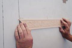 Άτομο που καθορίζει το διακοσμητικό σχήμα σε μια πόρτα Στοκ Φωτογραφίες