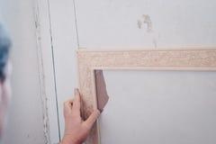 Άτομο που καθορίζει το διακοσμητικό σχήμα σε μια πόρτα Στοκ Εικόνες