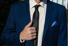 Άτομο που καθορίζει το μπλε κοστούμι Στοκ Εικόνες