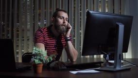 Άτομο που καλεί το τηλέφωνο στην αρχή Στοκ εικόνα με δικαίωμα ελεύθερης χρήσης