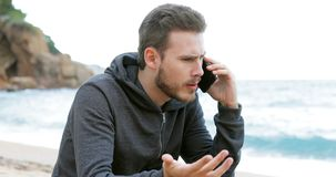 Άτομο που καλεί το τηλέφωνο στην παραλία απόθεμα βίντεο