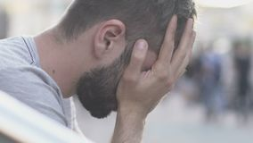 Άτομο που καλύπτει το πρόσωπό του με τα χέρια, αγχωτική ζωή στο ρυθμό της μεγάλης πόλης, αργός-Mo απόθεμα βίντεο