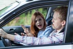 Άτομο που καπνίζει στο αυτοκίνητο Στοκ Εικόνες