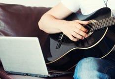 Άτομο που καταγράφει ένα τραγούδι Στοκ φωτογραφία με δικαίωμα ελεύθερης χρήσης