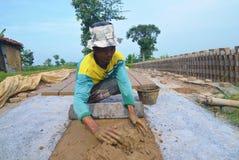 Άτομο που κατασκευάζει τα τούβλα από έναν άργιλο στοκ φωτογραφίες με δικαίωμα ελεύθερης χρήσης