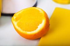 Άτομο που κατασκευάζει το φρέσκο χυμό από πορτοκάλι στην κουζίνα Στοκ φωτογραφία με δικαίωμα ελεύθερης χρήσης