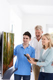 Άτομο που καταδεικνύει τη νέα τηλεόραση για να ωριμάσει το ζεύγος στο σπίτι Στοκ φωτογραφίες με δικαίωμα ελεύθερης χρήσης