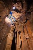 Άτομο που κατεβαίνει στη σπηλιά Στοκ φωτογραφίες με δικαίωμα ελεύθερης χρήσης