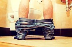 Άτομο που κατουρεί στην τουαλέτα στο σπίτι στοκ εικόνες