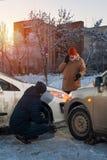 Άτομο που καλεί στη βοήθεια αυτοκινήτων μετά από τη συντριβή Στοκ Εικόνες