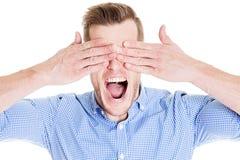 Άτομο που καλύπτει τα μάτια και την κραυγή του Στοκ Εικόνες