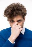 Άτομο που καλύπτει τη μύτη του Στοκ Εικόνες