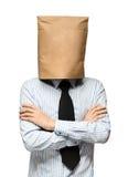 άτομο που καλύπτει το κεφάλι του που χρησιμοποιεί μια τσάντα εγγράφου Ανησυχίες ατόμων στοκ φωτογραφία με δικαίωμα ελεύθερης χρήσης