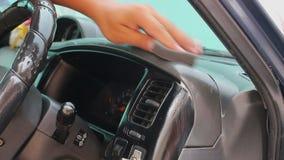 Άτομο που κηρώνει το αυτοκίνητο με το χέρι φιλμ μικρού μήκους