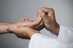 Άτομο που κινεί το χέρι ενός ανώτερου ασθενή Στοκ φωτογραφία με δικαίωμα ελεύθερης χρήσης