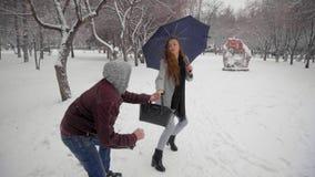 Άτομο που κλέβει μια τσάντα του κοριτσιού στο πάρκο ληστεία τούβλου έννοιας εγκλήματος μπροστινός τοίχος σκιών πιστολιών εκμετάλλ απόθεμα βίντεο