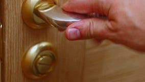 Άτομο που κλείνει την πόρτα απόθεμα βίντεο