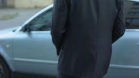 Άτομο που κλείνει το συναγερμό αυτοκινήτων και που παίρνει στην αυτόματη, επισφαλή θέση στάθμευσης υπαίθρια φιλμ μικρού μήκους