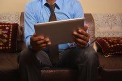 Άτομο που κοιτάζει βιαστικά στο PC ταμπλετών Στοκ εικόνα με δικαίωμα ελεύθερης χρήσης