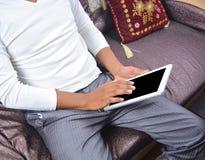 Άτομο που κοιτάζει βιαστικά στο PC ταμπλετών Στοκ Εικόνα