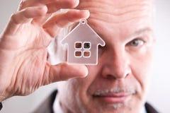 Άτομο που κοιτάζει μέσω ενός μικρού σπιτιού μπροστά από σας Στοκ Εικόνα