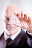 Άτομο που κοιτάζει μέσω του λίγο διαφανούς σπιτιού Στοκ εικόνα με δικαίωμα ελεύθερης χρήσης