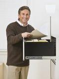 Άτομο που κοιτάζει μέσω των αρχείων στοκ φωτογραφία με δικαίωμα ελεύθερης χρήσης