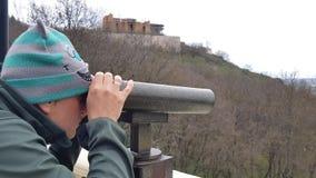 Άτομο που κοιτάζει μέσω των διοπτρών στην πόλη από την άποψη στο βουνό φιλμ μικρού μήκους