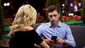Άτομο που κοιτάζει με την ενόχληση στη φίλη που που σταματά τον σερφ κα στοκ εικόνες με δικαίωμα ελεύθερης χρήσης