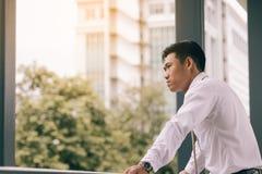 Άτομο που κοιτάζει στο κτήριο εξωτερικού με το μέλλον thinkink Στοκ φωτογραφία με δικαίωμα ελεύθερης χρήσης