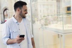 Άτομο που κοιτάζει στο παράθυρο καταστημάτων στοκ εικόνα
