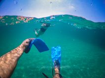 Άτομο που κολυμπά στη θάλασσα στοκ εικόνες