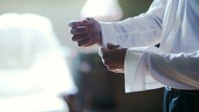 Άτομο που κουμπώνει την κινηματογράφηση σε πρώτο πλάνο πουκάμισων Ντυμένο άτομο Να ντύσει επάνω τα άτομα ` s Χέρια ατόμων φιλμ μικρού μήκους