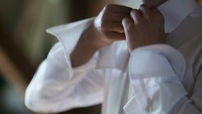 Άτομο που κουμπώνει την κινηματογράφηση σε πρώτο πλάνο πουκάμισων Ντυμένο άτομο Να ντύσει επάνω τα άτομα ` s Χέρια ατόμων απόθεμα βίντεο