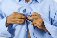 Άτομο που κουμπώνει το πουκάμισό του Στοκ εικόνες με δικαίωμα ελεύθερης χρήσης