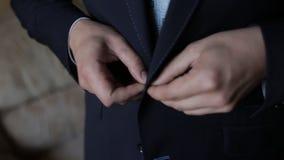 Άτομο που κουμπώνει το σακάκι του κλείστε επάνω απόθεμα βίντεο
