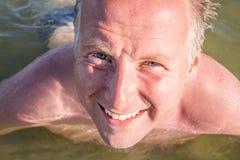 Άτομο που κολυμπά στον ωκεανό Στοκ εικόνα με δικαίωμα ελεύθερης χρήσης