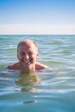 Άτομο που κολυμπά στον ωκεανό Στοκ Εικόνες