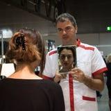 Άτομο που κρατά έναν καθρέφτη στο Σαββατοκύριακο Donna 2013 στο Μιλάνο, Ιταλία Στοκ φωτογραφία με δικαίωμα ελεύθερης χρήσης